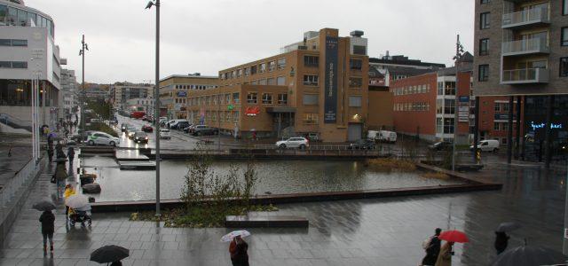 I kraftig snøvær mandag 4.februar startet man opp arbeider med å bygge det fremtidige Ensjø torg. Det ble satt opp sperremateriell og sikringer rundt byggeplassen. I dag 15.oktober i regnvær […]